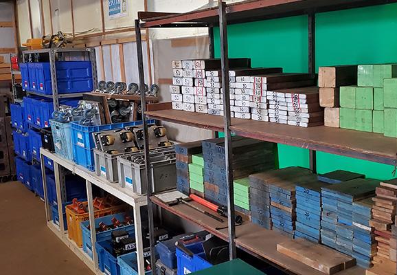 重量品を運搬する機材倉庫