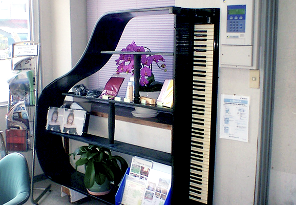 特注グランドピアノ飾り棚
